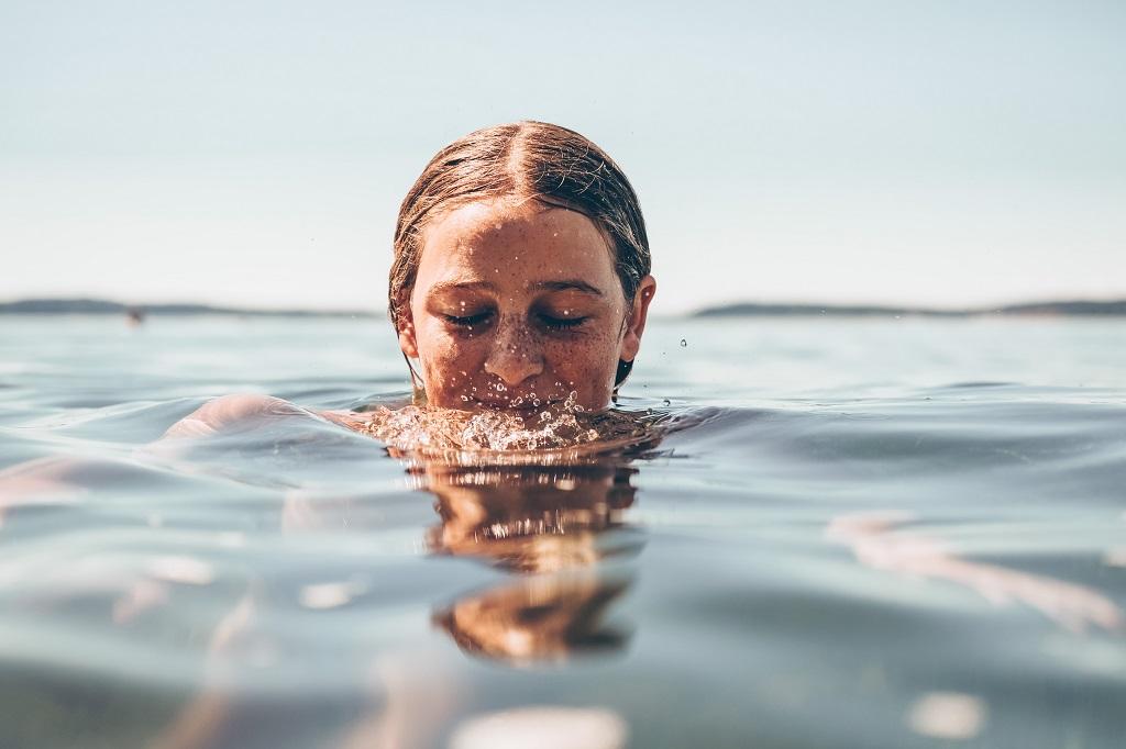 mujer agua nadando